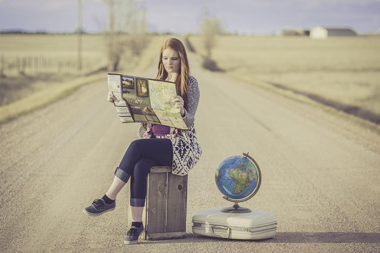 Картинки Глобус Девушки Дороги Чемодан сидящие Сидит