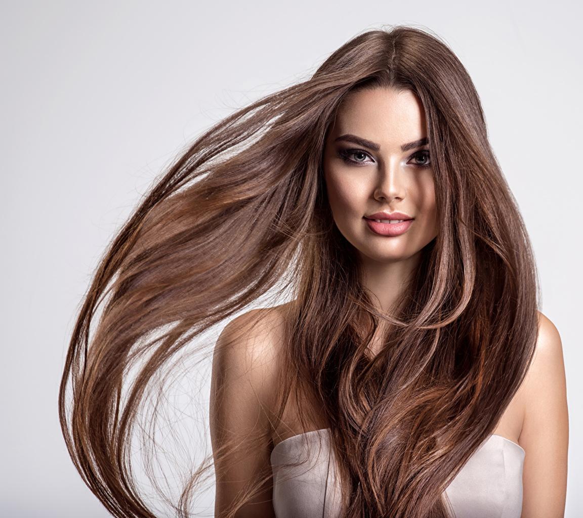 Картинки Шатенка волос молодые женщины Взгляд Серый фон шатенки Волосы Девушки девушка молодая женщина смотрят смотрит сером фоне