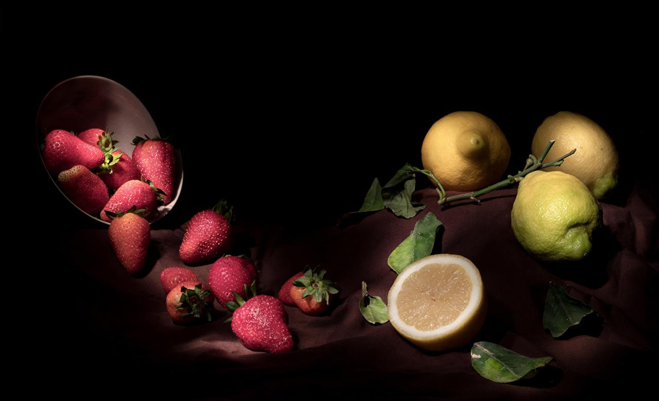Фотографии Листья Лимоны Клубника Пища Черный фон лист Листва Еда Продукты питания на черном фоне