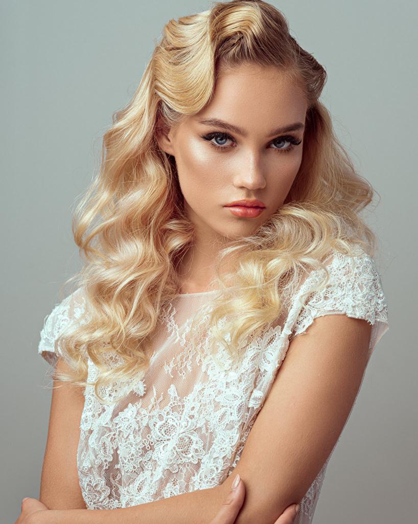 Фото блондинок фотомодель Evelina Причёска Девушки смотрит Серый фон  для мобильного телефона блондинки Блондинка Модель прически девушка молодая женщина молодые женщины Взгляд смотрят сером фоне
