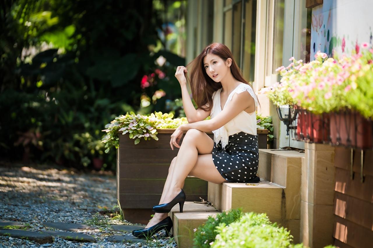 Фото шатенки Поза красивая Девушки лестницы ног азиатка Сидит Шатенка позирует красивый Красивые девушка Лестница молодые женщины молодая женщина Ноги Азиаты азиатки сидя сидящие