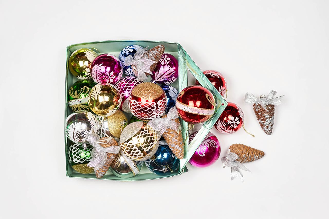 Фотография Рождество Коробка Шишки Шарики белом фоне Новый год коробки коробке Шар шишка Белый фон белым фоном