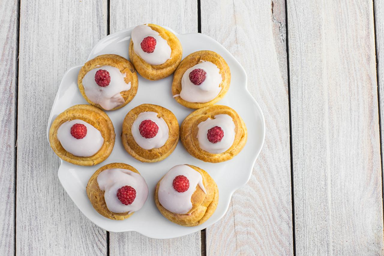Обои для рабочего стола Малина тарелке Продукты питания Пирожное Сладости Доски Еда Пища Тарелка сладкая еда