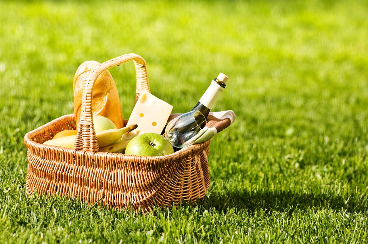 Обои для рабочего стола пикнике Хлеб Сыры корзины Пища Трава бутылки Пикник Корзина Корзинка Еда траве Бутылка Продукты питания