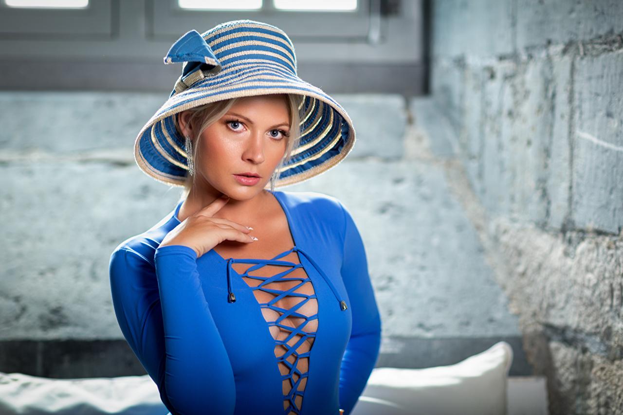 Обои для рабочего стола блондинки Декольте шляпы синяя Девушки смотрит платья блондинок Блондинка вырез на платье синих Шляпа синие шляпе Синий девушка молодые женщины молодая женщина Взгляд смотрят Платье