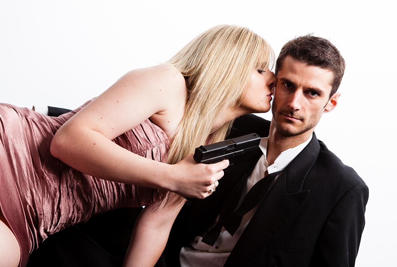 Картинка блондинок Пистолеты Мужчины вдвоем молодые женщины белым фоном пистолет блондинки Блондинка пистолетом 2 два две Двое Девушки девушка молодая женщина Белый фон белом фоне