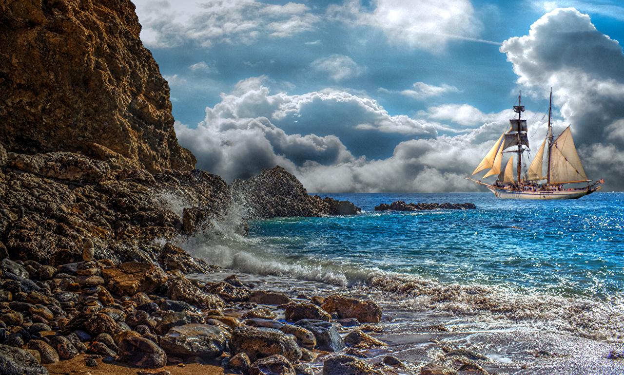 Обои для рабочего стола Природа Небо Волны корабль берег Камни Парусные облачно Корабли Камень Побережье Облака облако