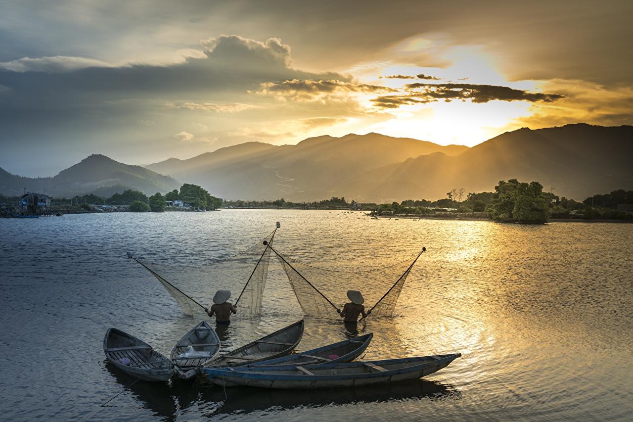Фотографии 2 Горы Шляпа Природа Рыбалка Азиаты Рассветы и закаты Лодки Двое вдвоем ловля рыбы