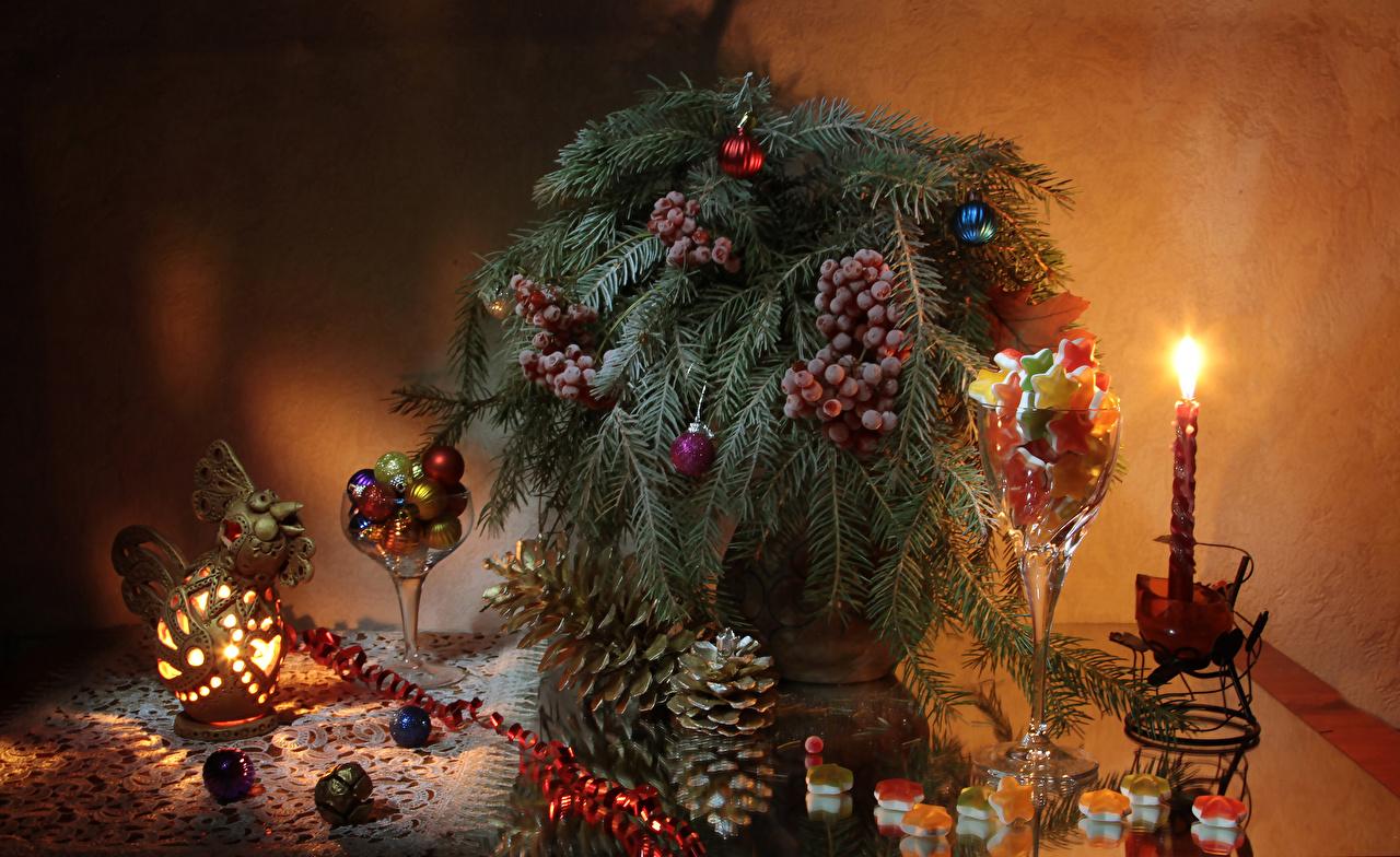 Фото Новый год Еда Шишки Свечи Ягоды Шарики на ветке Натюрморт сладкая еда Рождество Шар Пища шишка ветвь ветка Ветки Продукты питания Сладости