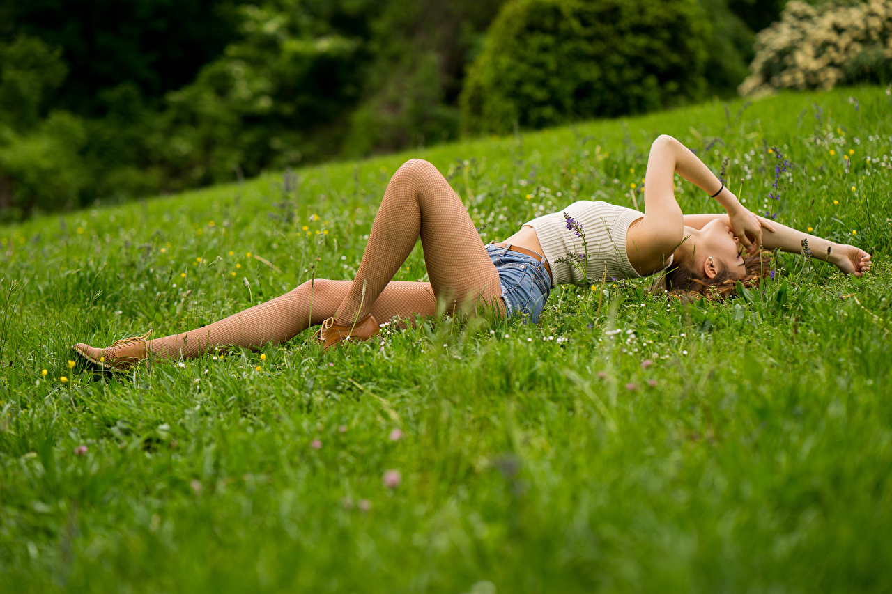 Фотография колготках Лежит Ana молодые женщины Ноги Майка шорт траве колготок Колготки лежа лежат лежачие девушка Девушки молодая женщина ног майки майке Трава Шорты шортах