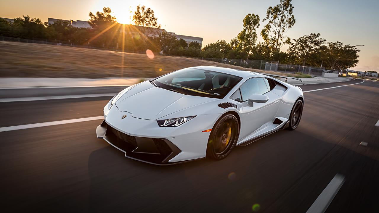 Фото Lamborghini huracan белых Движение авто Ламборгини Белый белые белая едет едущий едущая скорость машина машины автомобиль Автомобили