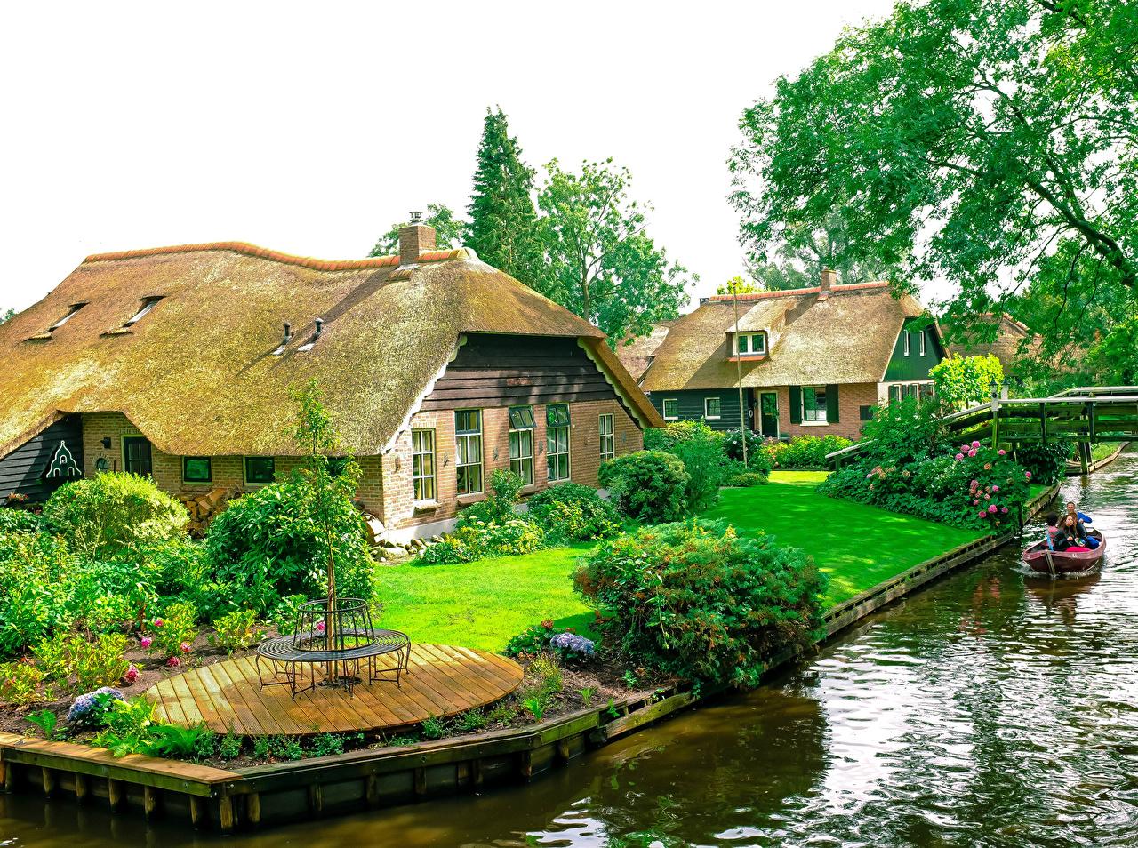 Обои для рабочего стола Нидерланды Giethoorn Водный канал газоне Кусты Города Здания голландия Газон Дома город кустов
