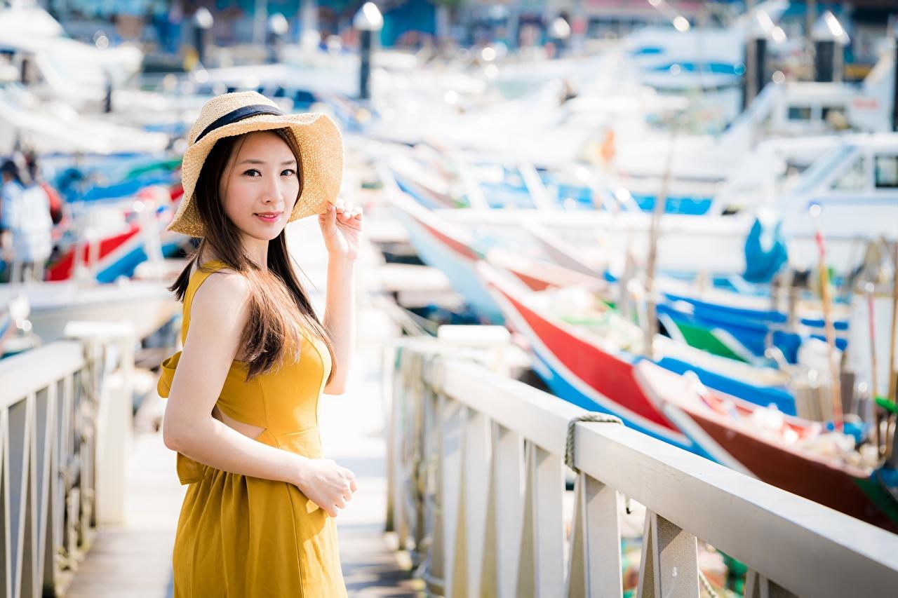 Обои для рабочего стола Шатенка боке Шляпа девушка забора Азиаты Руки Взгляд шатенки Размытый фон шляпе шляпы Девушки молодые женщины молодая женщина Забор ограда азиатка забором азиатки рука смотрят смотрит