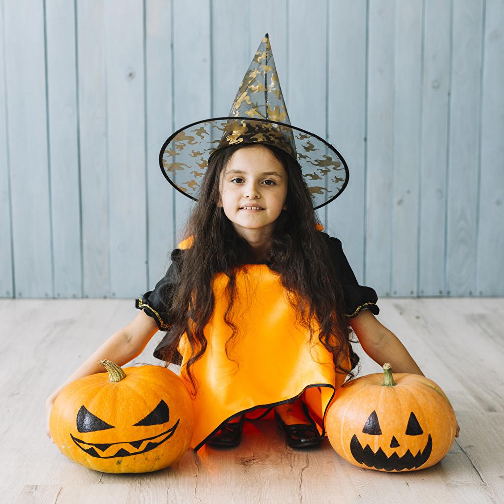 Картинка Девочки Дети Шляпа Тыква Хеллоуин смотрит девочка ребёнок шляпе шляпы хэллоуин Взгляд смотрят