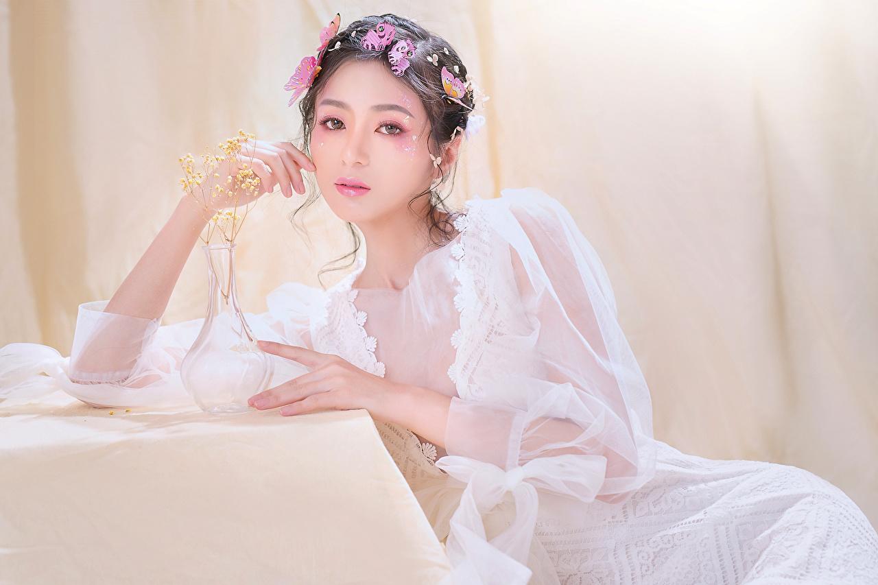 Обои для рабочего стола Бабочки мейкап девушка Азиаты сидящие смотрит платья бабочка Макияж косметика на лице Девушки молодая женщина молодые женщины азиатки азиатка сидя Сидит Взгляд смотрят Платье