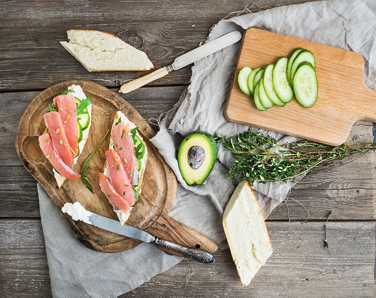 Картинка ножик Огурцы Хлеб Рыба Авокадо бутерброд Еда разделочной доске Доски Нож Бутерброды Пища Продукты питания Разделочная доска
