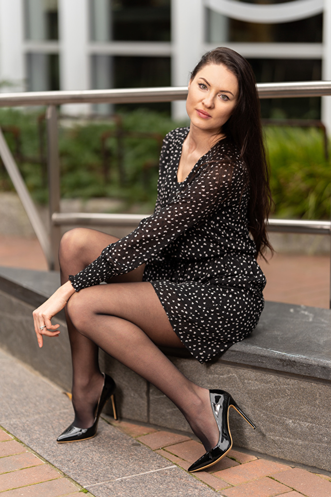 Картинки Natalia Larioshina молодые женщины Ноги сидя Взгляд платья туфлях  для мобильного телефона девушка Девушки молодая женщина ног Сидит сидящие смотрит смотрят Платье Туфли туфель
