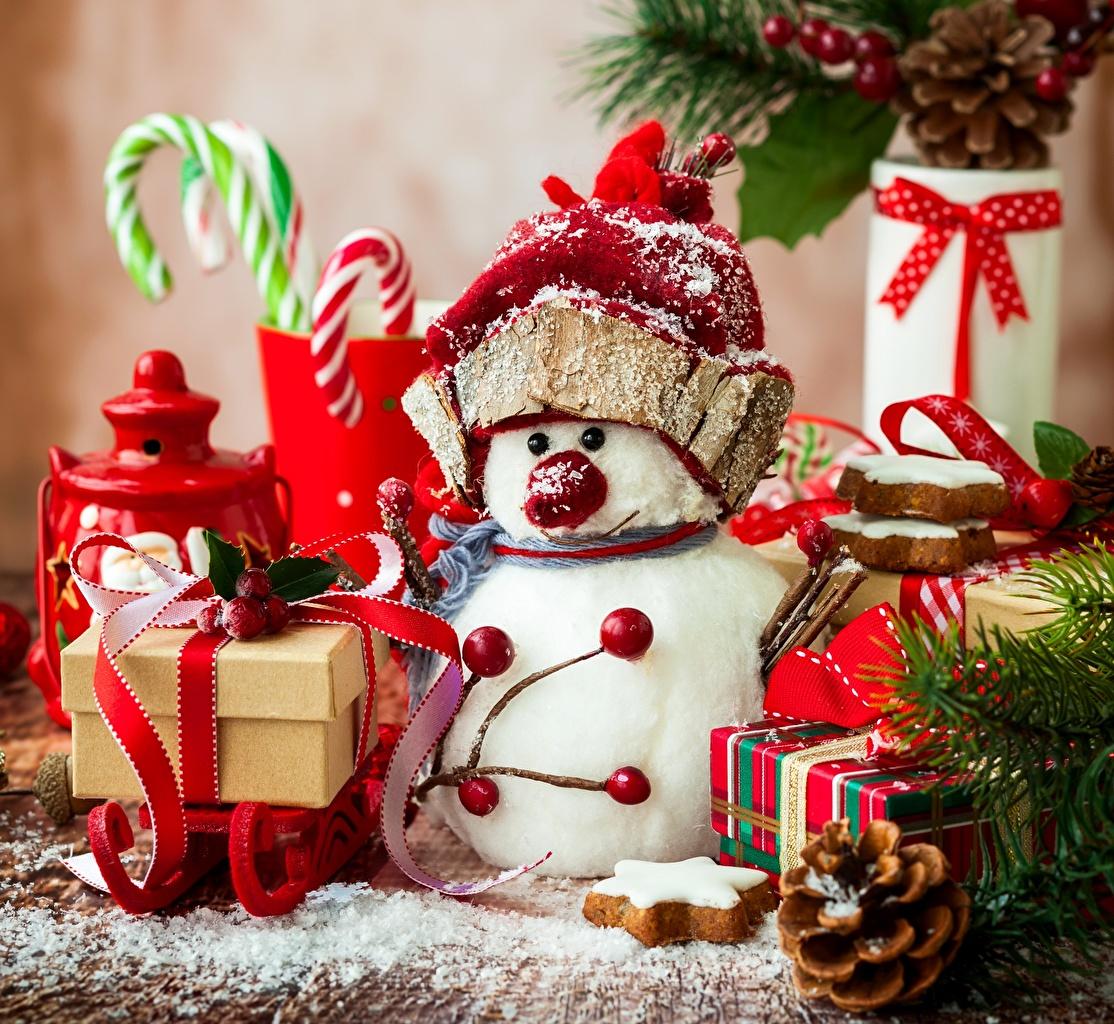 Картинки Новый год Сани в шапке Подарки снеговик бант шишка Рождество Санки Шапки шапка подарок подарков снеговика Снеговики Шишки Бантик бантики