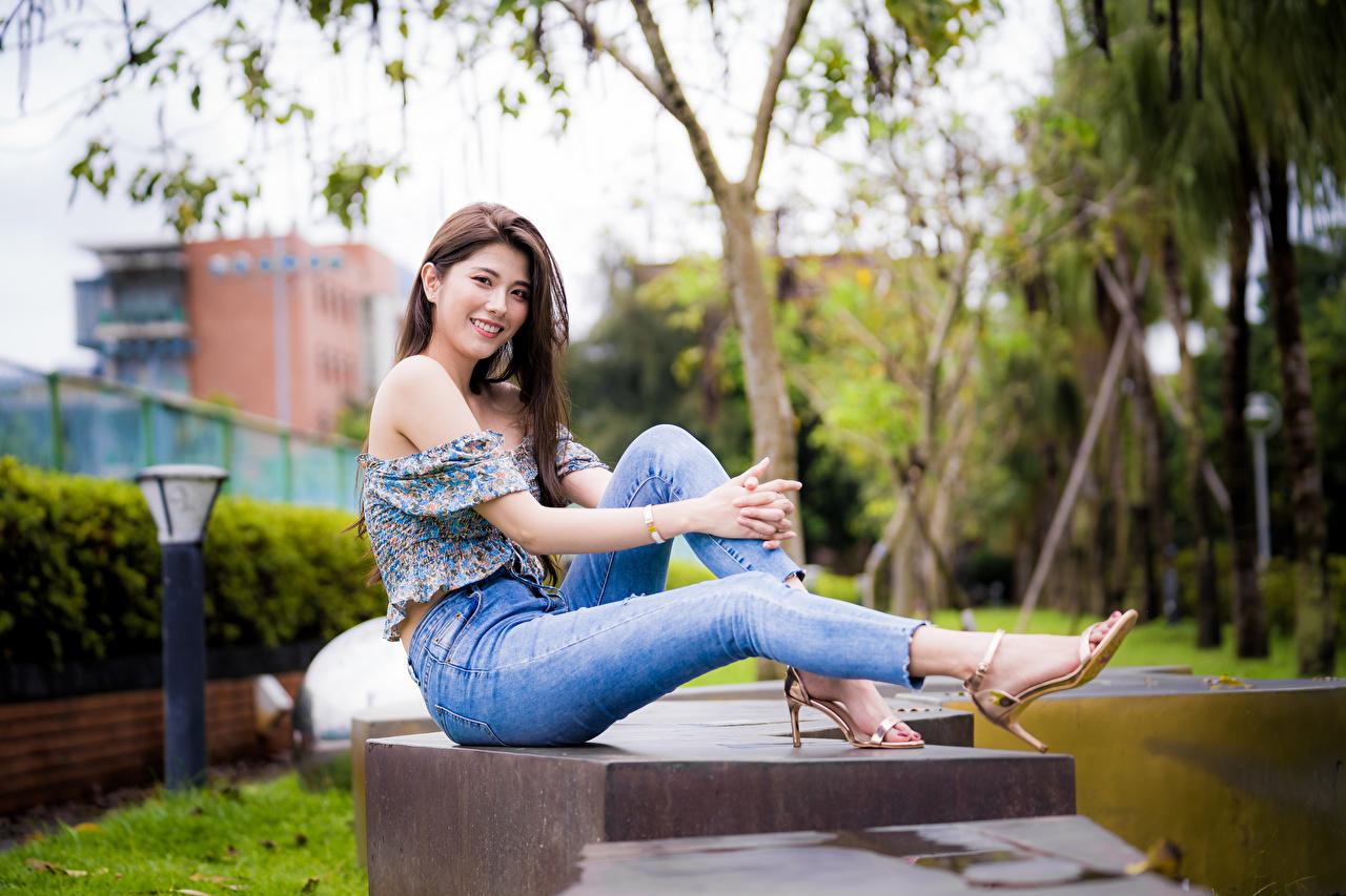 Обои для рабочего стола Улыбка молодая женщина Ноги азиатка джинсов Сидит Взгляд улыбается девушка Девушки молодые женщины ног Азиаты Джинсы азиатки сидя сидящие смотрит смотрят