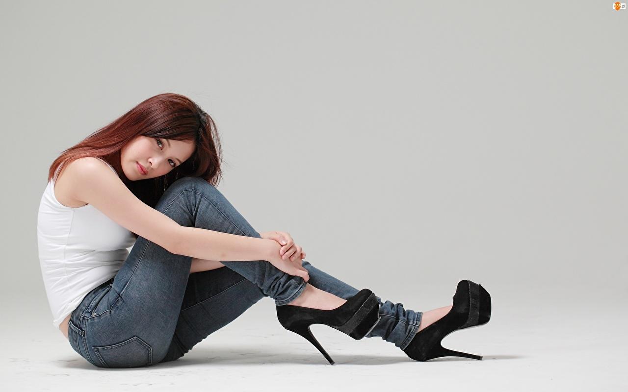 Фотографии Шатенка Девушки ног Азиаты джинсов рука Сидит сером фоне туфлях шатенки девушка молодая женщина молодые женщины Ноги Джинсы азиатки азиатка Руки сидя сидящие Серый фон Туфли туфель