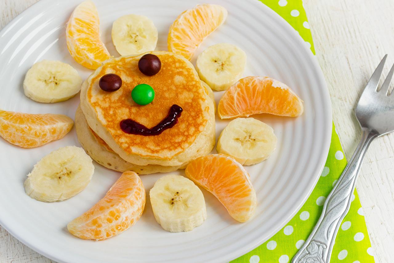 Фотография смайлики Блины Апельсин Бананы Креатив Еда Фрукты Тарелка Сладости Смайлы оригинальные Пища тарелке Продукты питания сладкая еда