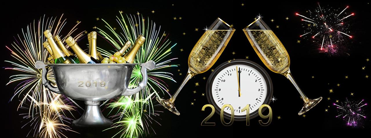 Фотографии Новый год фейерверк Часы Шампанское Бокалы Бутылка на черном фоне Салют Рождество Игристое вино бокал бутылки Черный фон