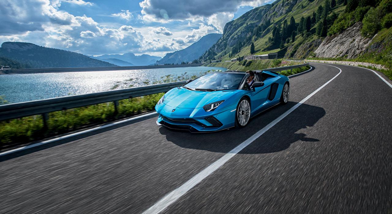 Обои для рабочего стола Ламборгини 2017-18 Aventador S Roadster Родстер голубая Движение машина Lamborghini голубых голубые Голубой едет едущий едущая скорость авто машины автомобиль Автомобили