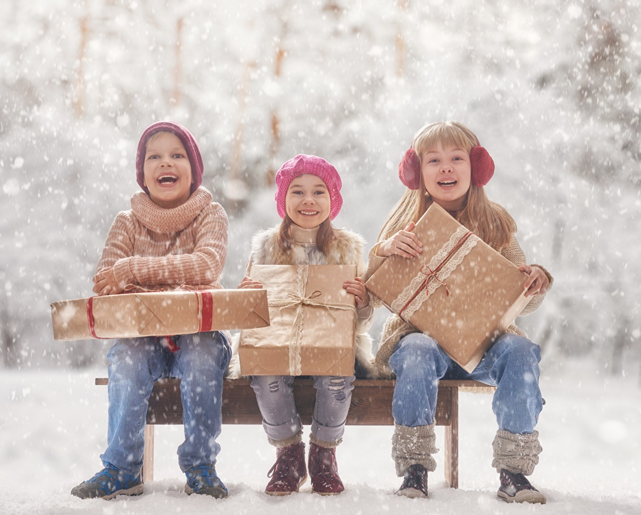 Фотографии девочка Мальчики счастливый Дети подарок Сидит втроем Девочки мальчик мальчишки мальчишка Радость счастье радостная радостный счастливые счастливая Ребёнок Подарки подарков три сидя Трое 3 сидящие