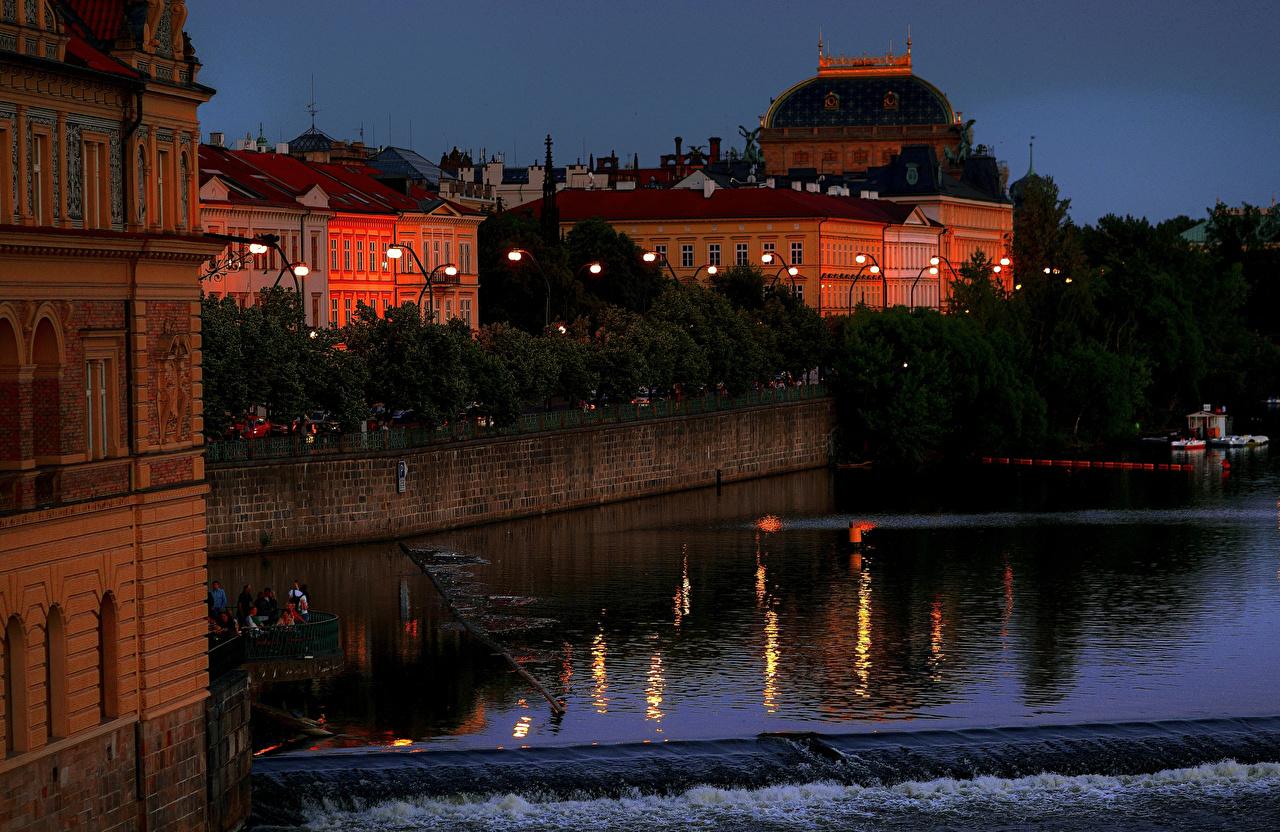 Обои для рабочего стола Прага Чехия Реки Вечер Причалы Уличные фонари Дома город река речка Пирсы Пристань Города Здания