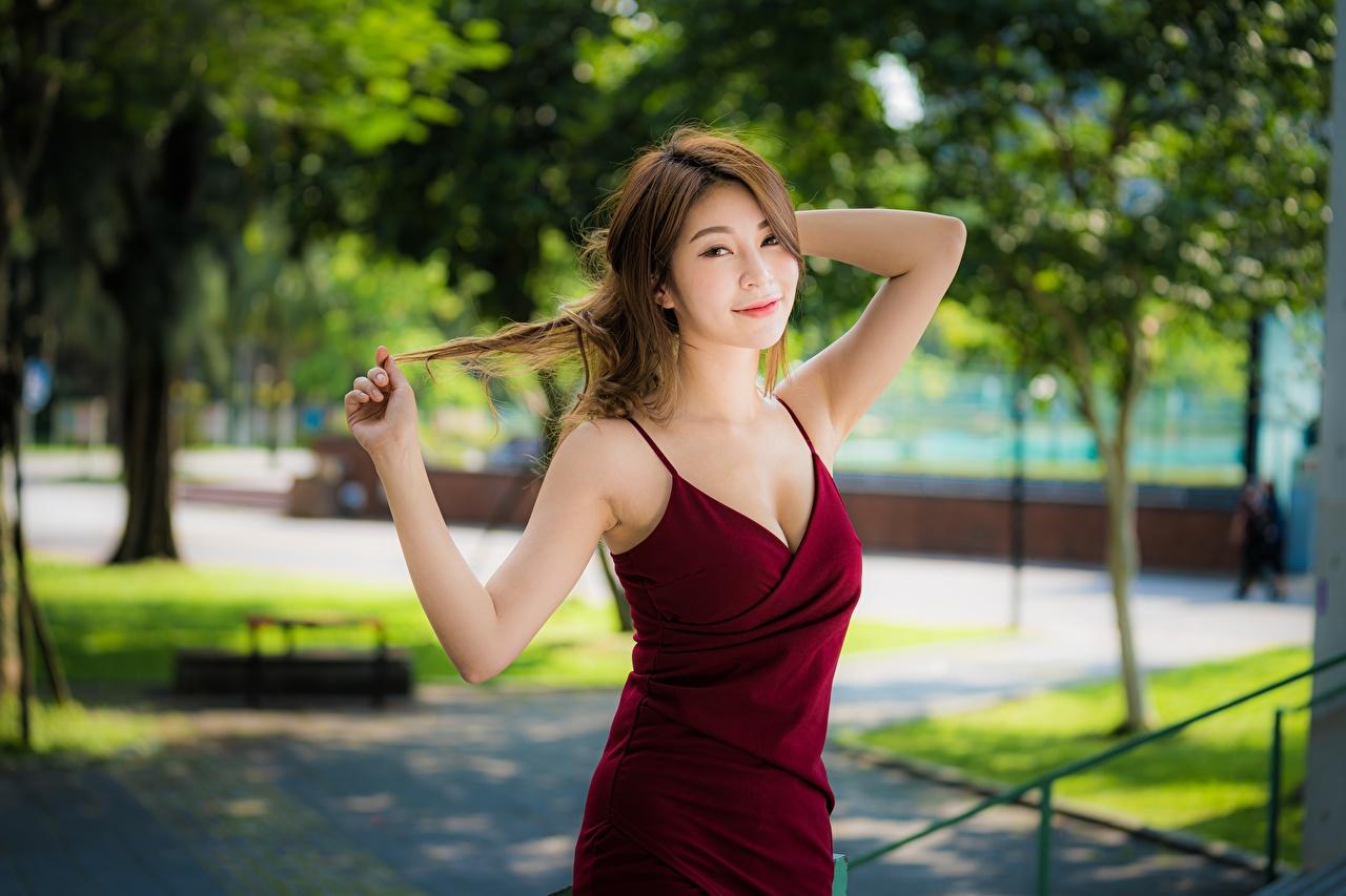 Обои для рабочего стола Шатенка Поза девушка Азиаты Руки Платье шатенки позирует Девушки молодые женщины молодая женщина азиатка азиатки рука платья