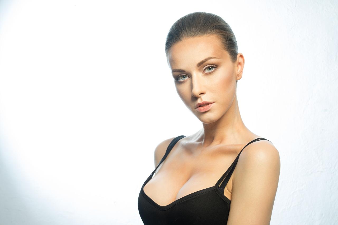 Фотография Модель мейкап Декольте красивый молодая женщина Взгляд фотомодель Макияж косметика на лице красивая Красивые вырез на платье девушка Девушки молодые женщины смотрят смотрит