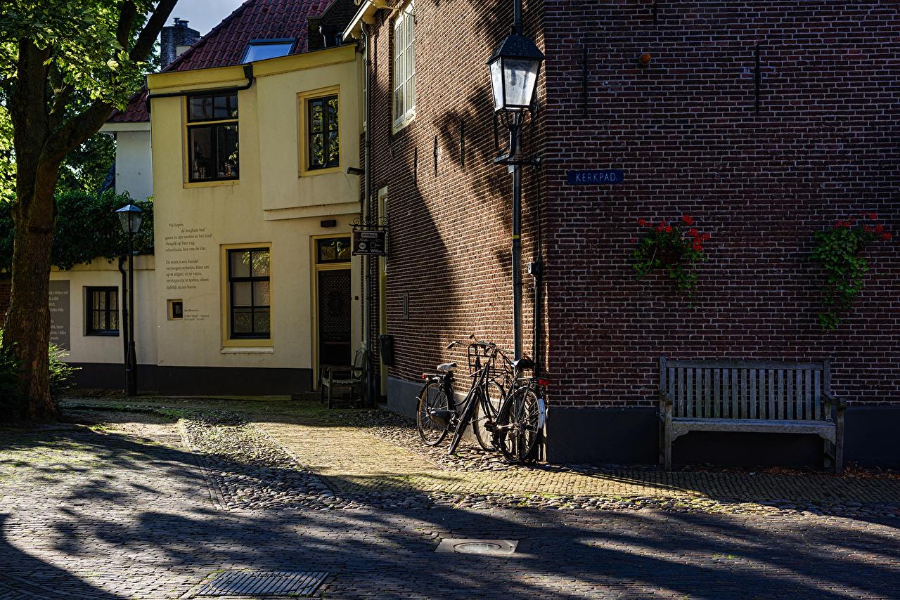 Картинка голландия Naarden Велосипед Скамья Города Здания Нидерланды велосипеде велосипеды Скамейка Дома город