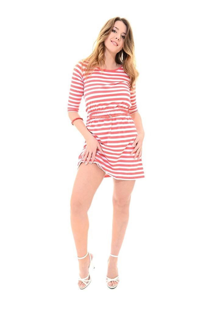 Фотографии молодая женщина Sybil A улыбается Белый фон платья туфель Руки позирует iStripper русых Ноги  для мобильного телефона девушка Девушки молодые женщины Улыбка белом фоне белым фоном Платье Туфли туфлях рука Поза Русые русая ног