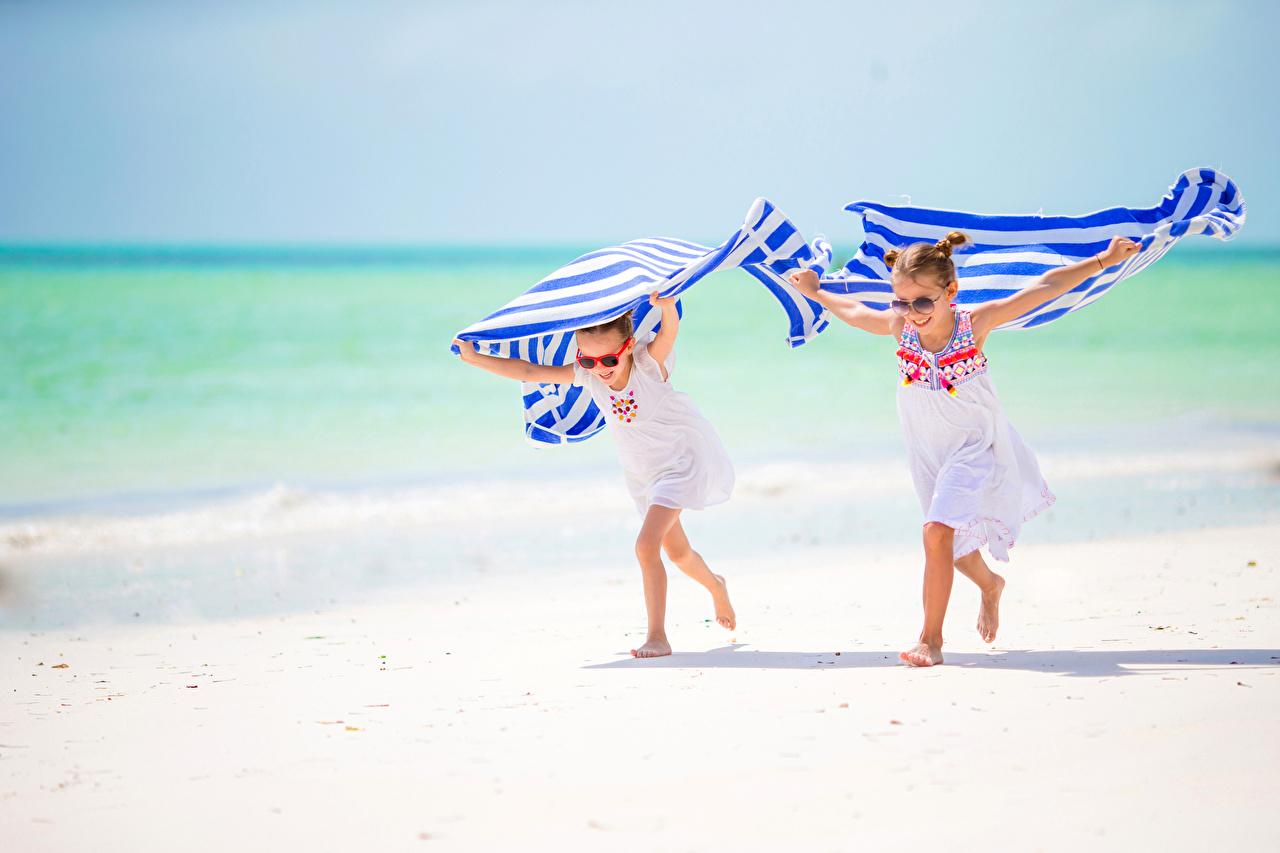 Картинка Девочки бегущий Дети пляжи 2 очках Полотенце девочка Бег бежит бегущая Пляж пляжа пляже ребёнок два две Двое вдвоем Очки очков