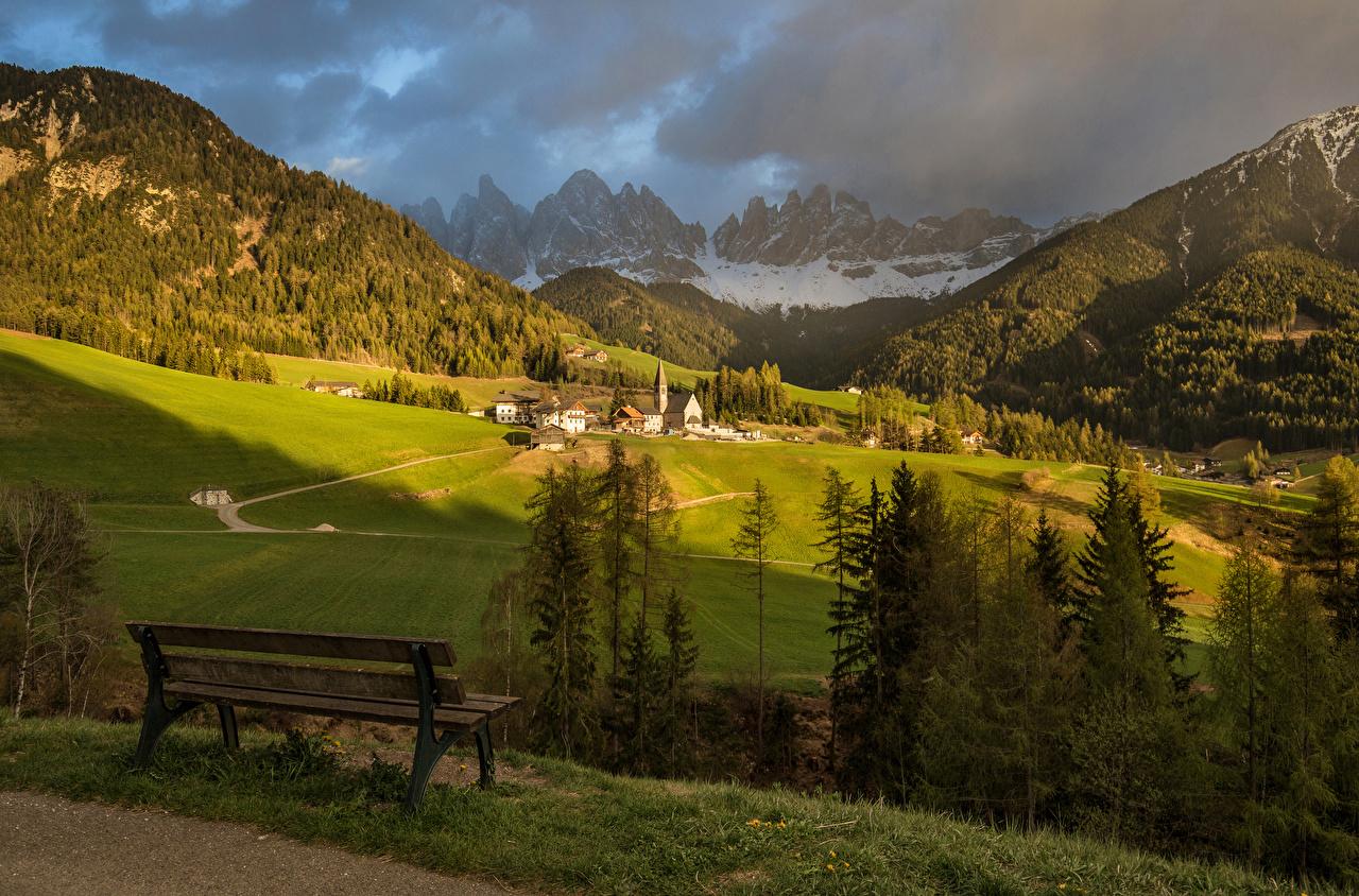 Обои Альпы Италия Funes Горы Природа Леса Луга Пейзаж Скамья Здания Скамейка Дома