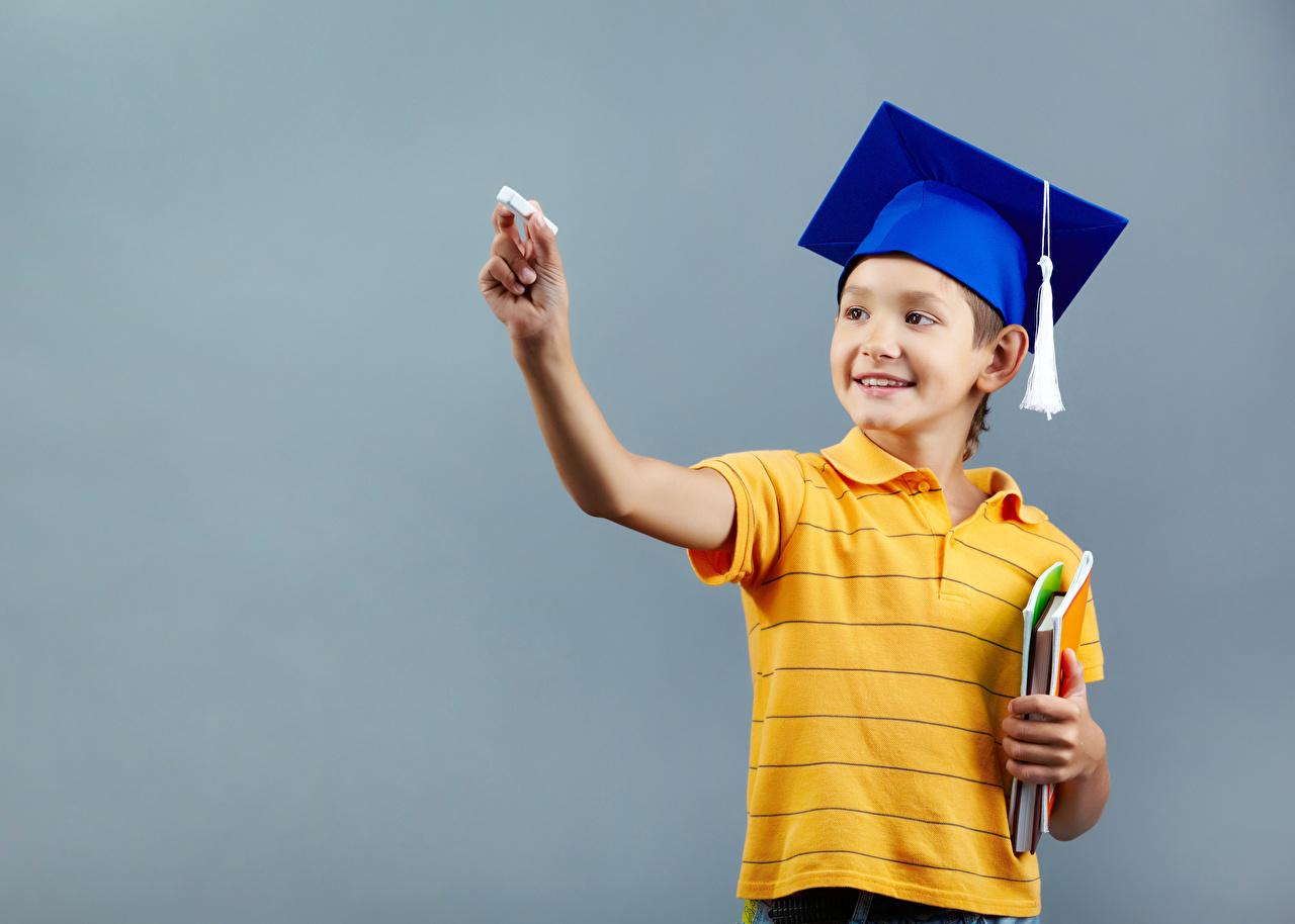 Фотография Мальчики Школа Улыбка Дети шляпе Руки Серый фон