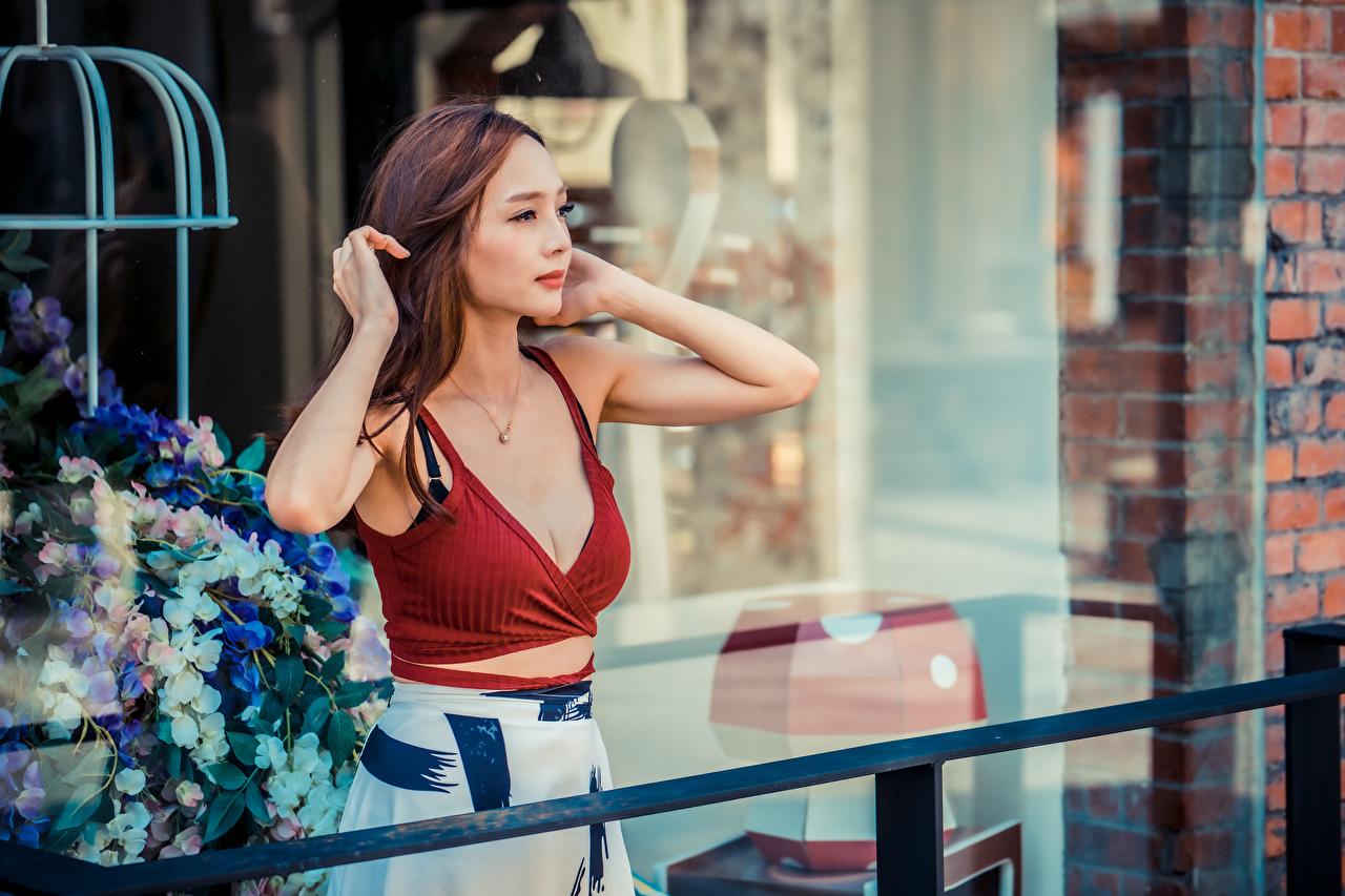 Картинка девушка майки Азиаты Руки Взгляд Девушки молодая женщина молодые женщины Майка майке азиатки азиатка рука смотрит смотрят