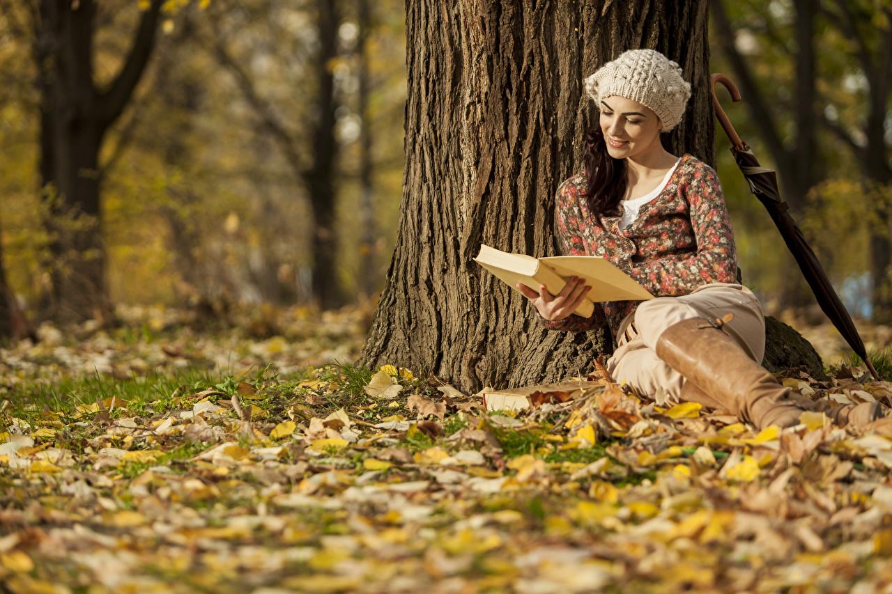 Фотография Шатенка Осень шапка молодая женщина Ствол дерева Книга сидящие шатенки Шапки в шапке Девушки девушка осенние молодые женщины сидя книги Сидит