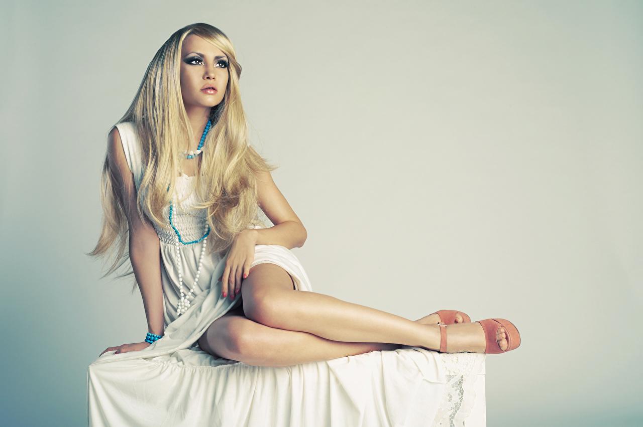 Картинки Блондинка позирует Девушки Ожерелье ног Руки сидящие сером фоне Платье блондинки блондинок Поза девушка ожерелья ожерельем молодая женщина молодые женщины Ноги рука сидя Сидит Серый фон платья