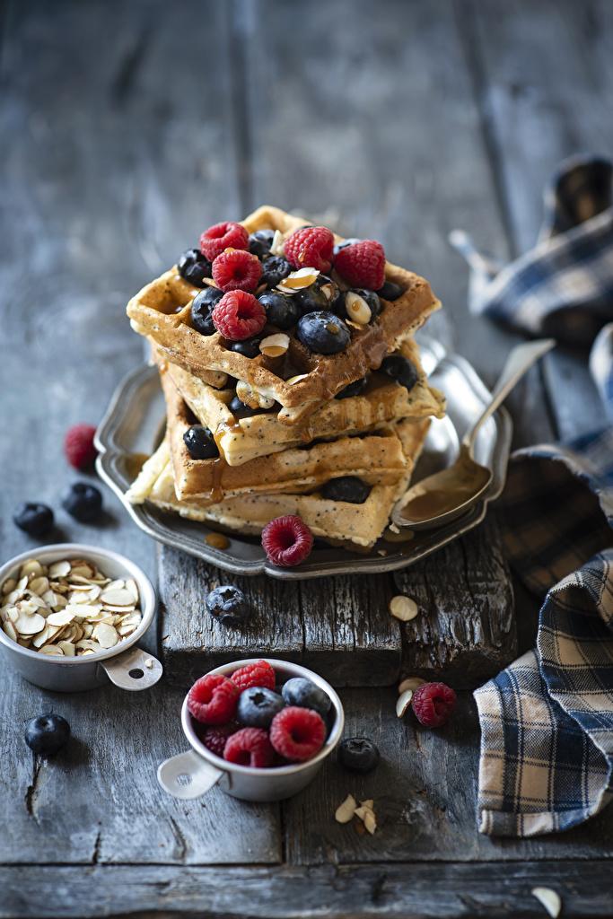 Фотография Еда Малина Черника Доски Выпечка вафля  для мобильного телефона Пища Продукты питания Вафли