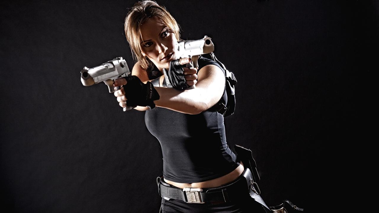 Картинки Пистолеты Лара Крофт Косплей девушка Руки Серый фон пистолет пистолетом Девушки молодая женщина молодые женщины рука сером фоне