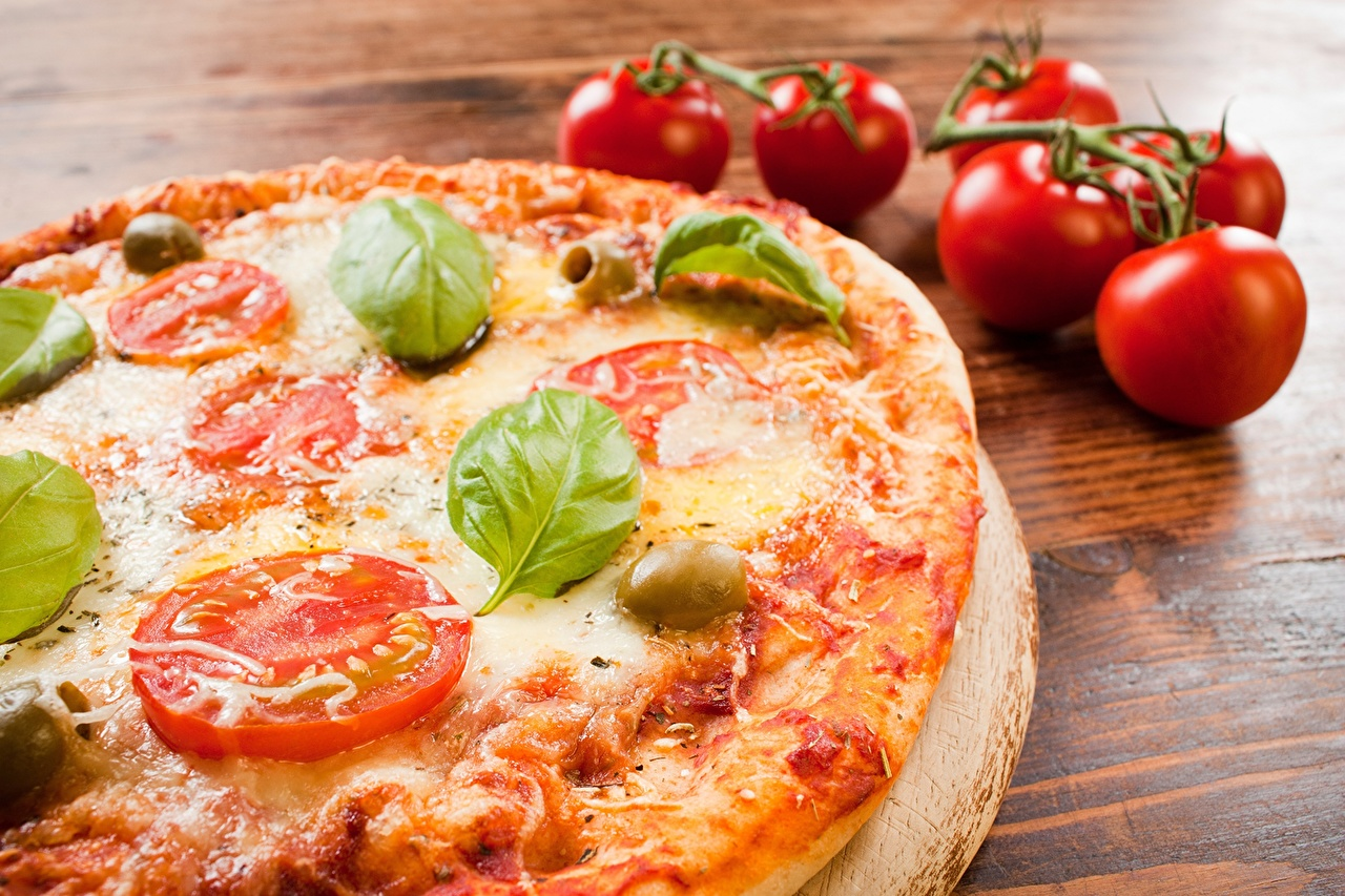 Фотографии Продукты питания Пицца Томаты Базилик душистый вблизи Еда Пища Помидоры Крупным планом