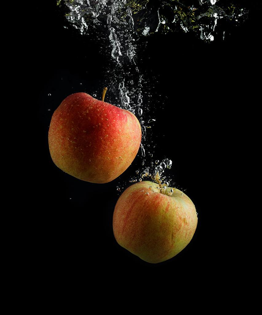 Фотография Двое Яблоки Вода Пища на черном фоне 2 два две вдвоем Еда воде Продукты питания Черный фон