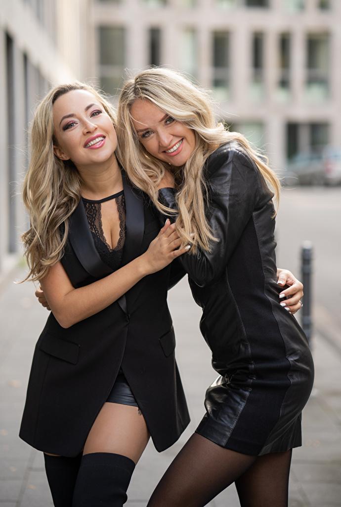 Фотографии блондинок Улыбка два обнимает молодая женщина  для мобильного телефона блондинки Блондинка улыбается 2 две Двое вдвоем Объятие девушка Девушки обнимаются молодые женщины