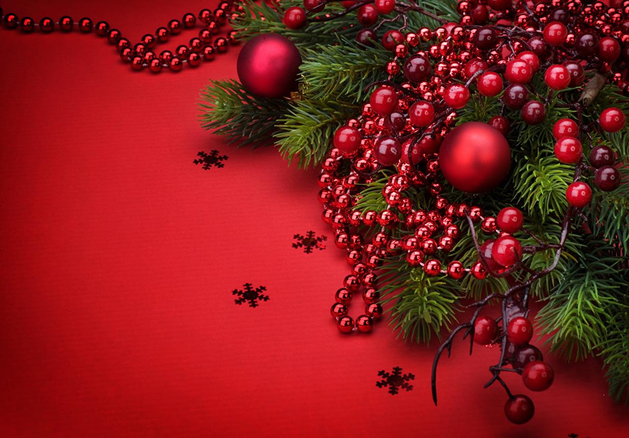 Фото Рождество Снежинки Шар ветвь Ягоды Красный фон Новый год Ветки Шарики