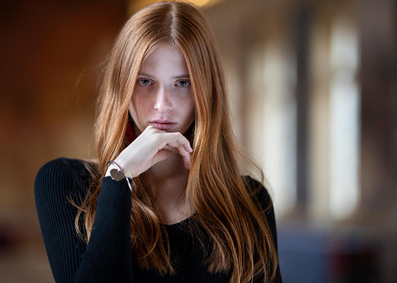 Картинки шатенки боке волос молодая женщина Руки смотрят Шатенка Размытый фон Волосы Девушки девушка молодые женщины рука Взгляд смотрит