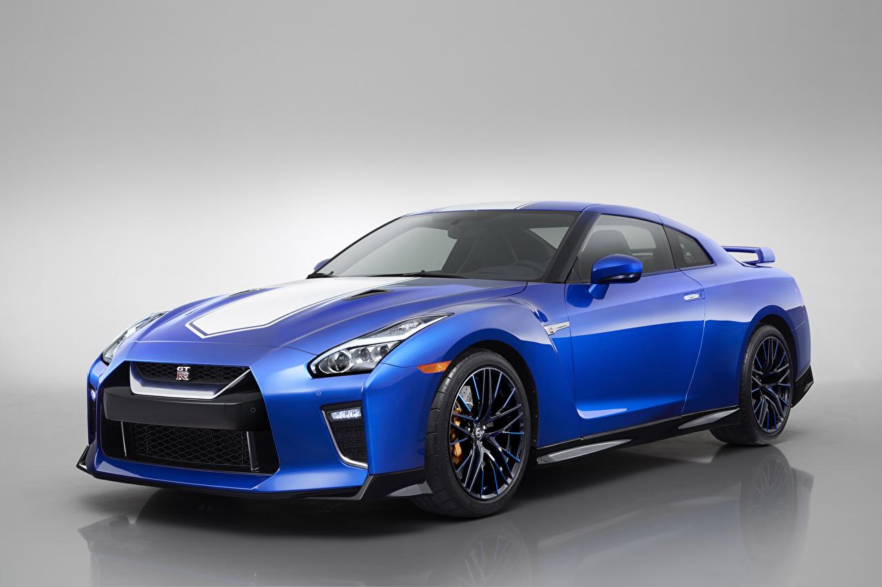 Картинка Ниссан 2020 GT-R 50th Anniversary Синий Авто Серый фон Nissan синих синие синяя Машины Автомобили сером фоне