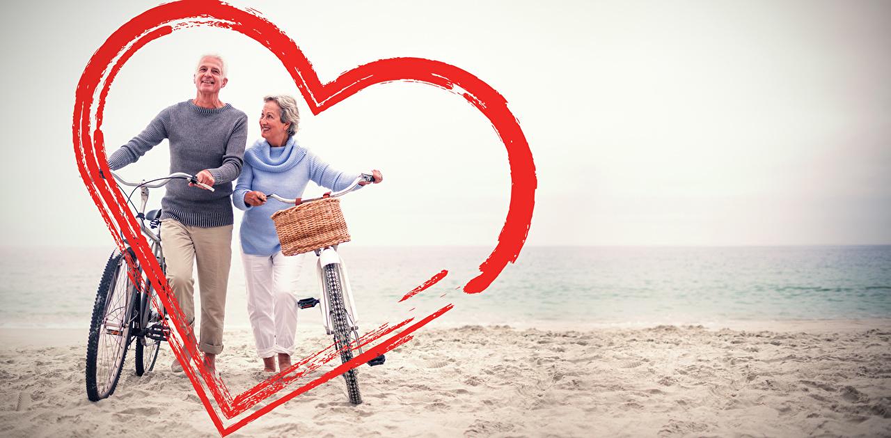 Картинка День святого Валентина мужчина Сердце Велосипед две Побережье День всех влюблённых Мужчины серце сердца сердечко велосипеды велосипеде 2 два Двое вдвоем берег