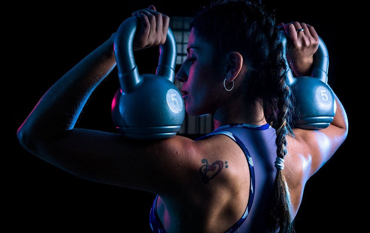 Фото спортивная Коса Laura Спина Фитнес Гиря гантеля молодая женщина Спорт спортивные спортивный косы косички спины Гантели гантель девушка Девушки гантелей гантелями молодые женщины