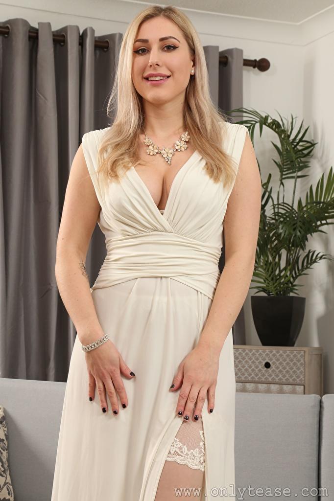 Картинки Jenny James Блондинка Улыбка Девушки рука смотрят платья  для мобильного телефона блондинок блондинки улыбается девушка молодые женщины молодая женщина Руки Взгляд смотрит Платье